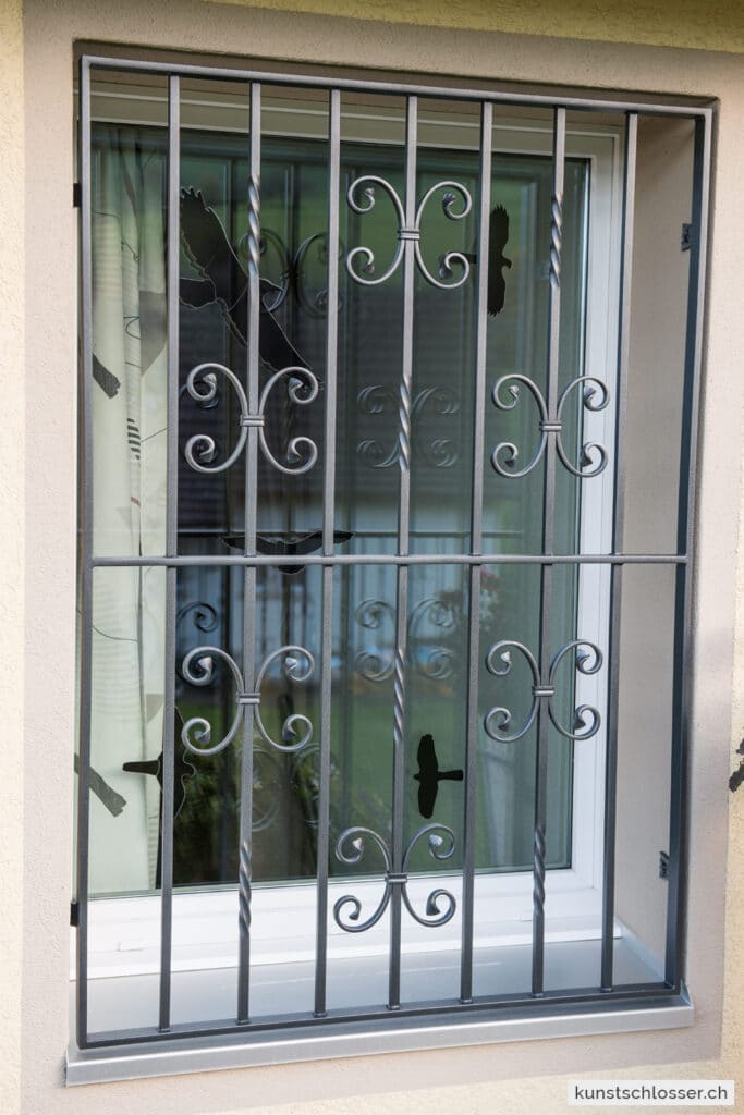 Dekoratives Fenstergitter mit Ornamenten, geschmiedet