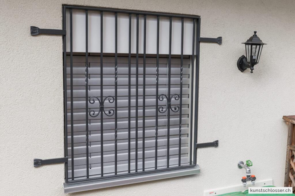 Fenstergitter an Dämmung aussen