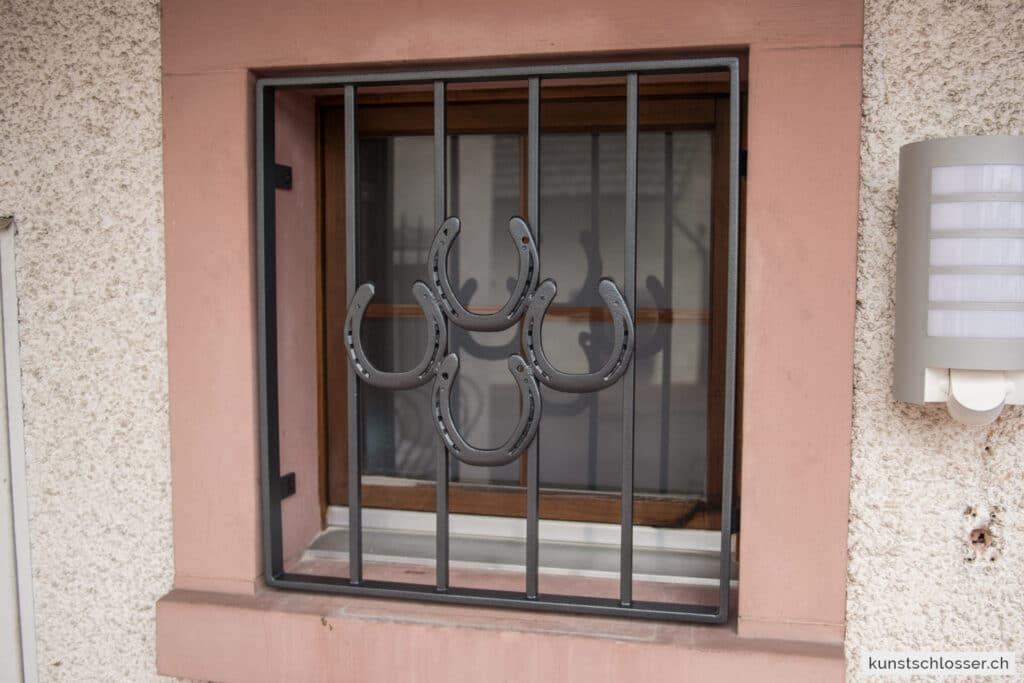 Fenstergitter mit Hufeisen
