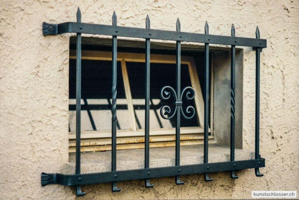 Kleines geschmiedetes Fenstergitter