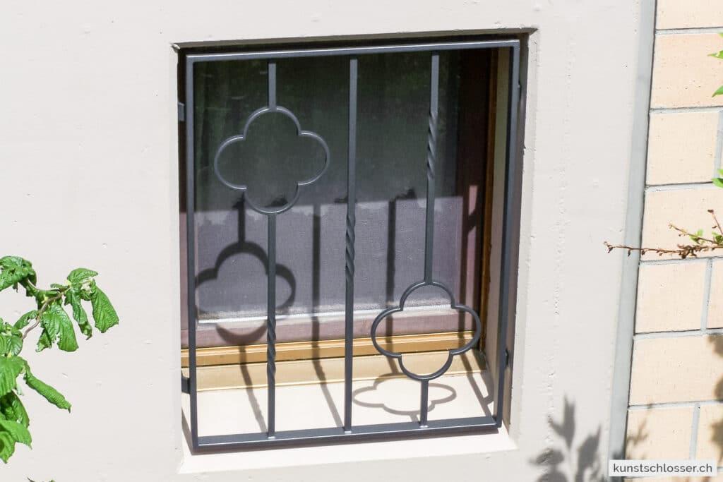 Fenstergitter mit Ornamenten