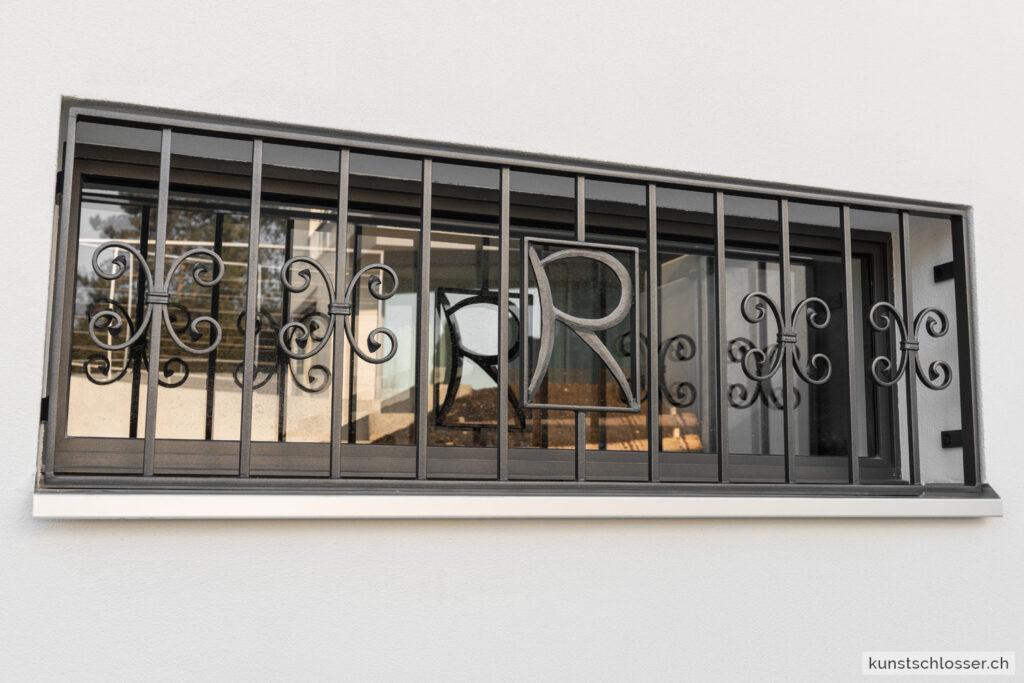 Fenstergitter mit Buchstaben