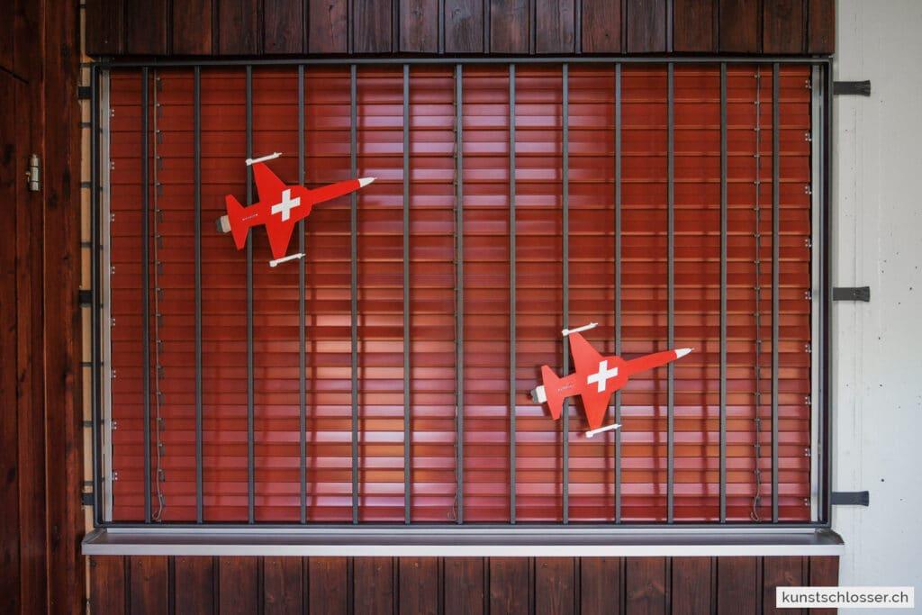 Fenstergitter mit Flugzeug Motiv