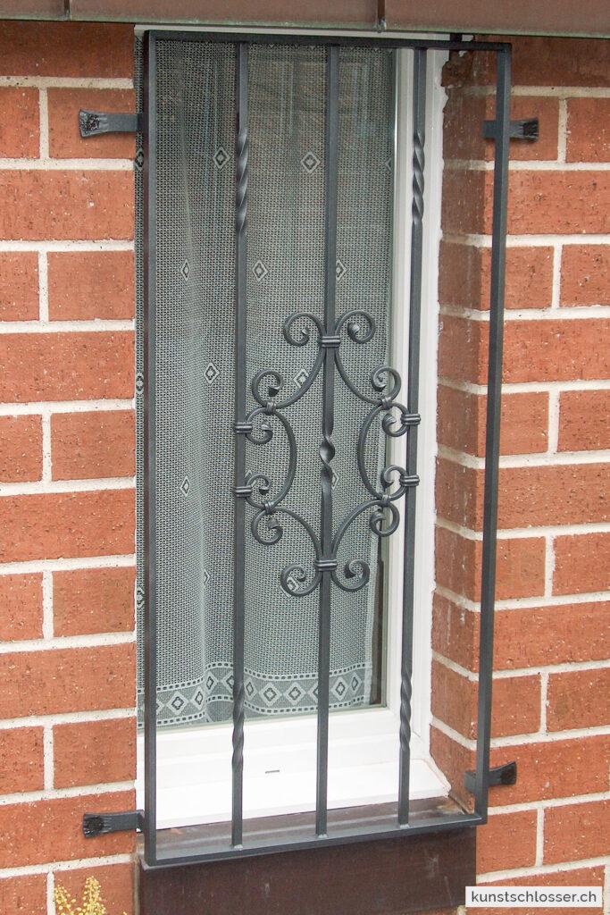 Fenstergitter mit geschmiedetem Ornament